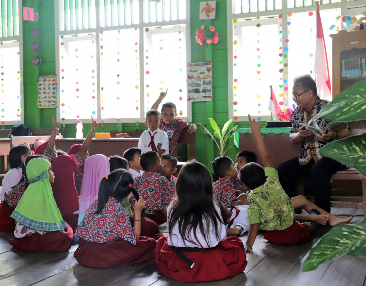 Story time: Kuleh Lenjau reads a story to the class; a favorite time in the school day (Courtesy of Erix Hutasoit)