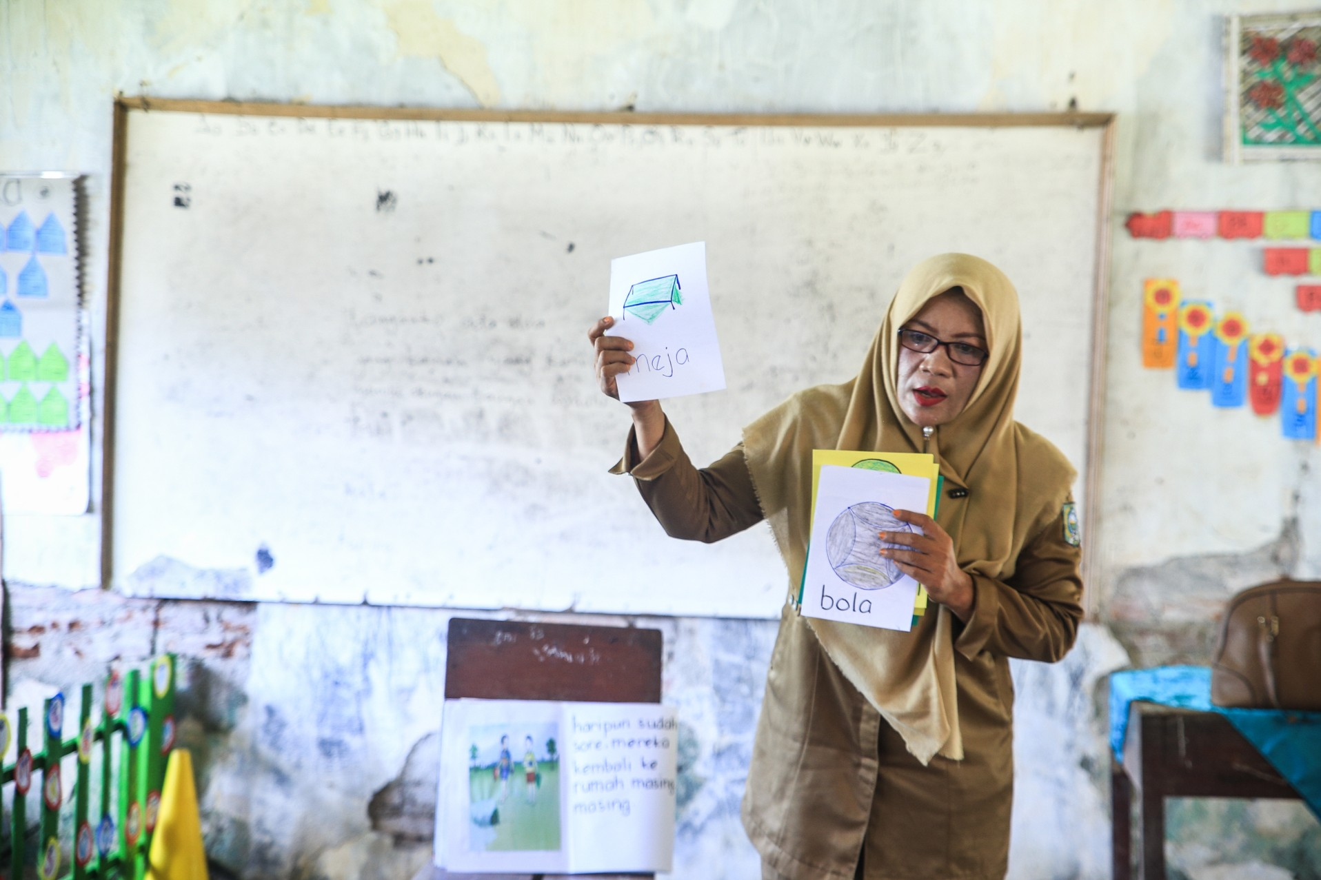 Nurdiana uses specific teaching methods to transition students from their local language to Indonesian. Source: INOVASI